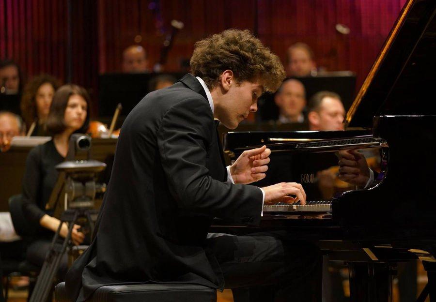 _giovane pianista posizione braccia e mano
