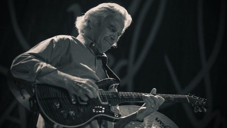 Il chitarrista inglese John McLaughlin